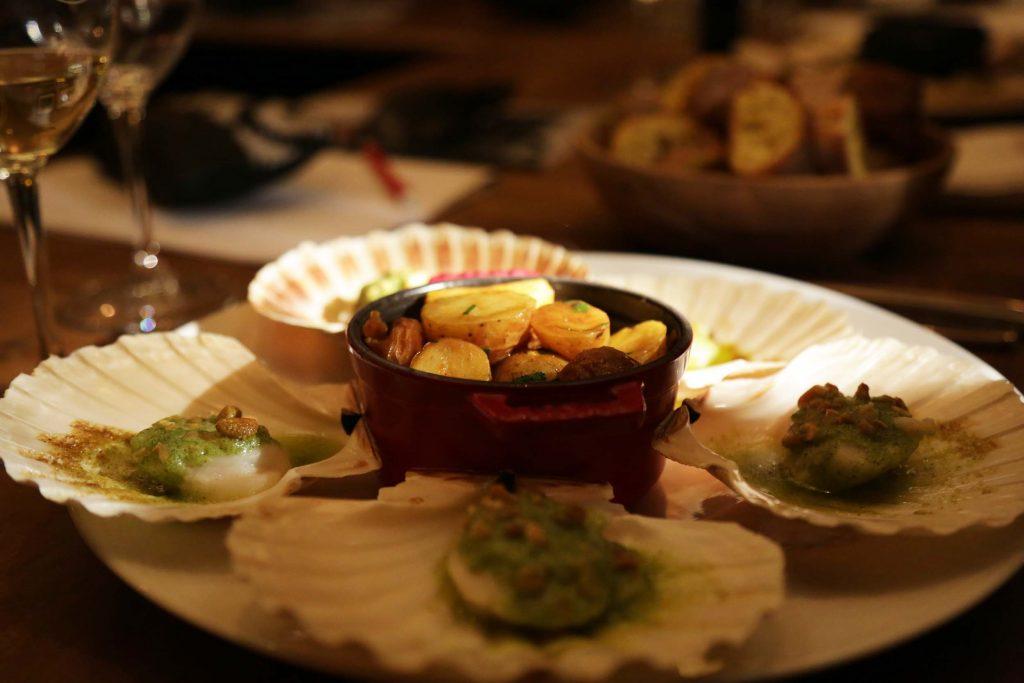Saint Jacques rôties, beurre d'herbes et pignons, cassolette de petits légumes d'hiver