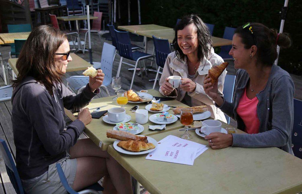 camping-yelloh-st-emilion-petit-dejeuner