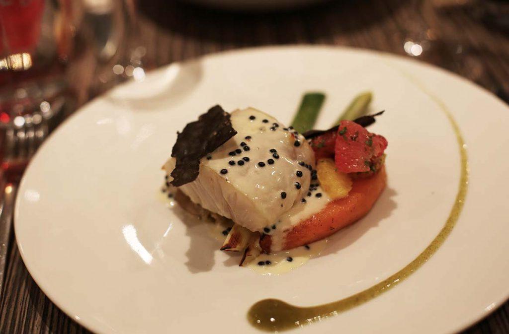 Pavé de lieu jaune, fricassée de salsifis et poireaux, potiron, salade d'agrumes au cerfeuil, beurre blanc harenga