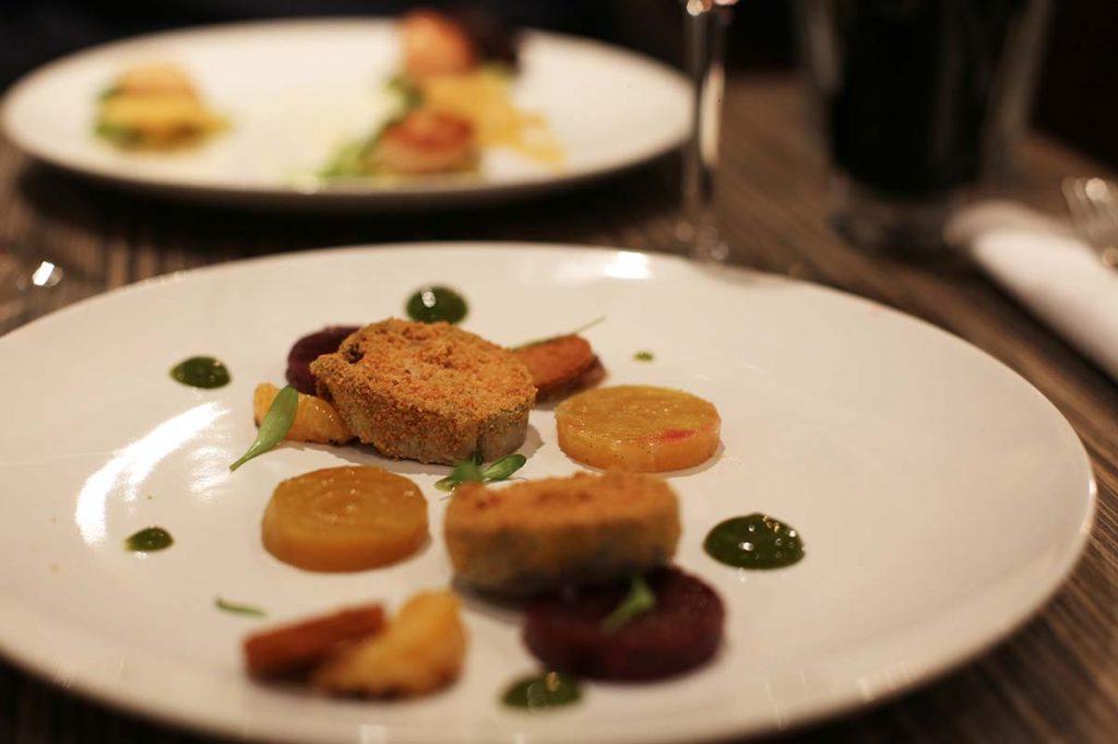 Foie gras cuit au vin rouge, mandarines caramélisées, betteraves rôties à la vanille, pain d'épices, gel mandarine